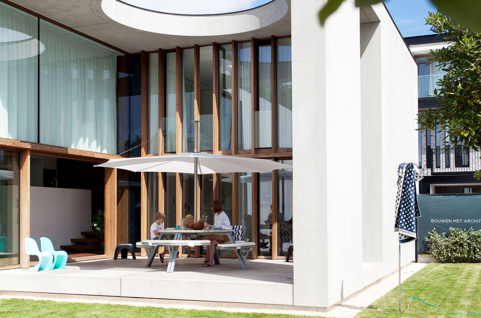 Eine Betonvilla mit beeindruckender Terrasse